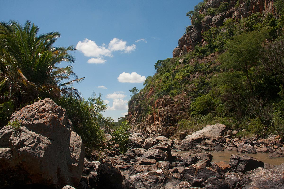 Large boulders and steep cliffs in the gorge